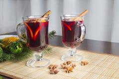 Вино обдумыванное рождеством с циннамоном и апельсином стоковое фото rf