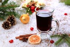 Вино обдумыванное рождеством в снеге стоковое изображение rf