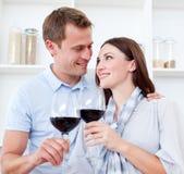 вино пар выпивая любящее красное Стоковые Изображения