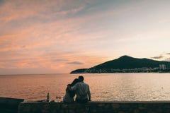 Вино питья пар на пляже захода солнца Стоковые Изображения RF