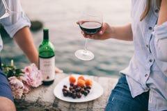 Вино питья пар на пляже захода солнца Стоковая Фотография RF