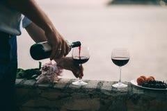 Вино питья пар на пляже захода солнца Стоковые Фотографии RF