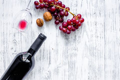 Вино подачи Бутылка, стекло, гайки и виноградина на copyspace взгляд сверху предпосылки деревянного стола Стоковые Фотографии RF
