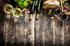 вино предпосылки стеклянное красное Белое и красное вино с ветвями виноградин Стоковая Фотография RF