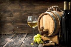 вино предпосылки стеклянное красное Бочонок белого вина с ветвями зеленых виноградин Стоковая Фотография