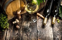 вино предпосылки стеклянное красное Бочонок белого вина с ветвями зеленых виноградин Стоковое Изображение