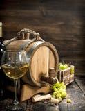 вино предпосылки стеклянное красное Бочонок белого вина с ветвями зеленых виноградин Стоковая Фотография RF