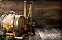 вино предпосылки стеклянное красное Бочонок белого вина с ветвями зеленых виноградин Стоковое фото RF