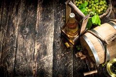 вино предпосылки стеклянное красное Бочонок белого вина с ветвями зеленых виноградин Стоковые Изображения RF