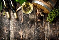 вино предпосылки стеклянное красное Бочонок белого вина с ветвями зеленых виноградин Стоковые Фотографии RF