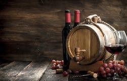 вино предпосылки стеклянное красное Бочонок с красным вином и свеже виноградинами Стоковые Фотографии RF