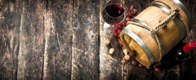 вино предпосылки стеклянное красное Бочонок с красным вином и свеже виноградинами Стоковое фото RF