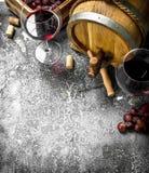 вино предпосылки стеклянное красное Бочонок с красным вином и свежими виноградинами Стоковые Изображения RF