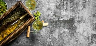 вино предпосылки стеклянное красное Бутылка белого вина в старой коробке Стоковые Фотографии RF