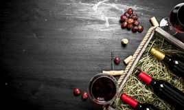вино предпосылки стеклянное красное Красное вино в старой коробке с штопором Стоковое Фото