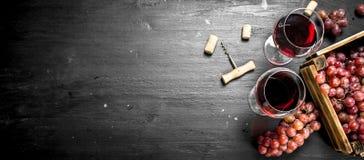 вино предпосылки стеклянное красное Красное вино в старой коробке с штопором Стоковые Изображения
