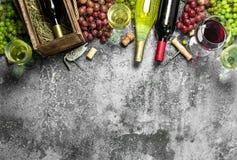 вино предпосылки стеклянное красное Красное и белое вино от свежих виноградин Стоковые Изображения RF