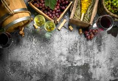 вино предпосылки стеклянное красное Красное и белое вино от свежих виноградин Стоковая Фотография
