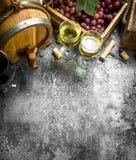 вино предпосылки стеклянное красное Красное и белое вино от свежих виноградин Стоковое Изображение