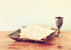 Вино предпосылки еврейской пасхи и хлеб еврейской пасхи matzoh еврейский над деревянной предпосылкой Стоковая Фотография RF