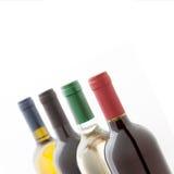 вино предпосылки изолированное бутылкой белое Квадрат взгляда необыкновенной перспективы сверху, селективный фокус Стоковые Изображения RF