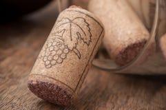 Вино пробочек на деревянной предпосылке Стоковое фото RF
