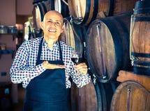Вино продавца лить от деревянного бочонка Стоковое Изображение RF