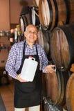 Вино продавца лить от деревянного бочонка Стоковое Фото