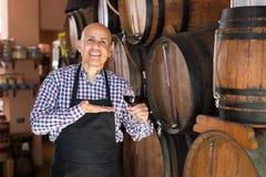 Вино продавца лить от деревянного бочонка Стоковое Изображение