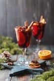 Вино рождества горячее обдумыванное в стекле со специями, цитрусовыми фруктами и клюквой Атмосфера рождества стоковое фото