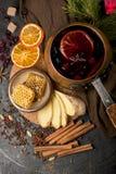 Вино рождества горячее обдумыванное с кардамоном и анисовкой на деревянной предпосылке стоковые изображения rf