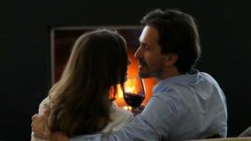 Вино романтичных пар выпивая сток-видео