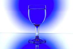 вино синих стекол backlight белое Стоковая Фотография