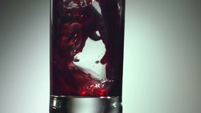 Вино, сок виноградины полито в стекло сток-видео