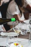 Вино сомелье лить в стекло на дегустации вина и еды Стоковые Изображения