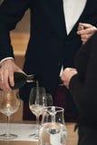 Вино сомелье лить в стекло на дегустации вин Стоковые Изображения RF