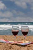 вино стекел пляжа стоковая фотография