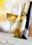 вино стекла бутылок белое Стоковое Изображение