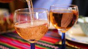 Вино стекло заполненное со сверкная белым вином сток-видео