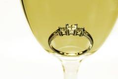 вино стеклянного кольца диаманта белое Стоковая Фотография