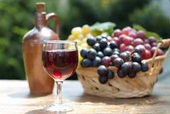 вино стеклянных виноградин корзины красное Стоковая Фотография