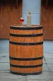 Вино стоя на деревянном бочонке Стоковое Изображение RF