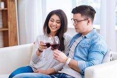 Вино счастливых веселых пар выпивая Стоковые Фото