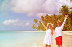 Вино счастливых любящих пар выпивая на пляже стоковое изображение rf
