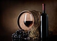 Вино с бочонком и сеном стоковая фотография rf