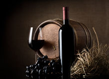 Вино с виноградиной и бочонком стоковая фотография rf