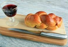 Вино хлеба Challah в стекле на борту стоковая фотография