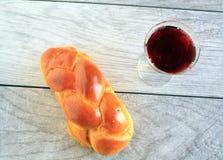 Вино хлеба Challah в стекле стоковое изображение rf