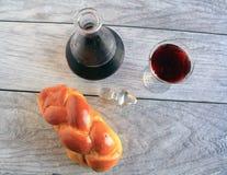 Вино хлеба Challah и держатель вина стоковое фото