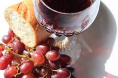 Вино, хлеб и виноградины крупного плана красное Стоковые Фото